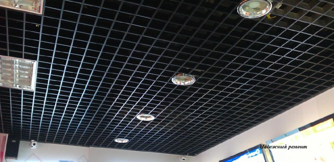 Установка потолков грильято